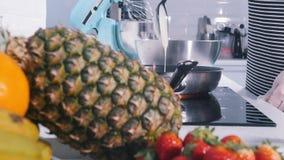 女性做在平底锅的薄煎饼 股票视频