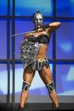 女性健身星:武装和准备好 免版税库存图片