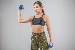 女性健身模型在军事伪装h穿戴了 库存图片