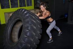 年轻女性健身辅导员教练员 库存图片