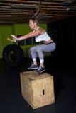 年轻女性健身辅导员教练员 免版税库存照片
