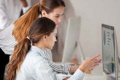 女性关于企业问题的教练咨询的雇员 免版税图库摄影