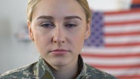 女性军士哭泣的特写镜头,创伤后心理压力紧张综合症,哀伤的战争记忆 股票录像