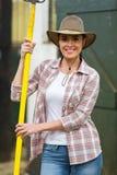 女性农夫沥青叉子 免版税图库摄影