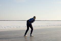 女性冰自然溜冰者速度 免版税库存图片
