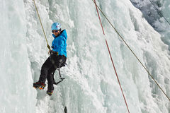 女性冰登山人在南蒂罗尔,意大利 库存照片