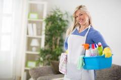 女性准备好清洗的房子 图库摄影