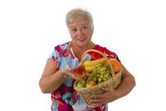 女性前辈用新鲜水果 免版税库存图片