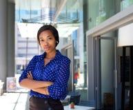 女性办公室工作者常设外部企业大厦 免版税库存照片