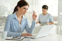 女性办公室工作者年轻人 免版税库存照片