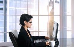 女性办公室工作者 库存图片