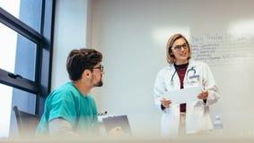 女性医生主导的会议在医院 免版税库存照片