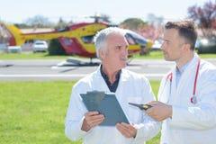 女性医生和直升机救护车 库存照片