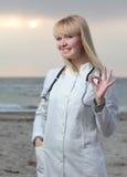 女性医生微笑。 图库摄影