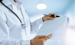 女性医生总结报告在病区里 库存照片
