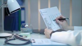 女性医生手检查医疗分析结果 医疗保健医学 影视素材