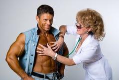 女性医生检查一名患者 免版税库存图片