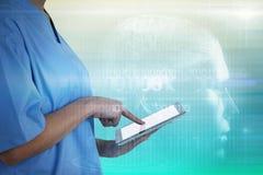 女性医生的中央部位的综合图象使用数字式片剂的 库存照片
