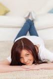 女性华美的头发的摆在的红色 免版税图库摄影