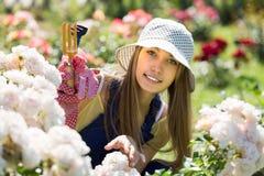 女性卖花人在庭院里 免版税库存图片