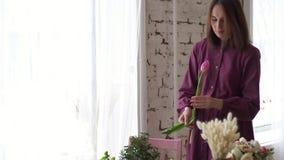 女性卖花人的手修剪与薄纱茎 股票视频