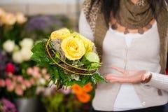女性卖花人花店 库存图片