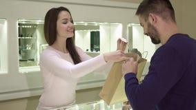 女性卖主给顾客他的购买在首饰店 影视素材