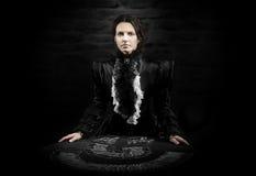 女性占卜者的画象有卡片的 库存图片
