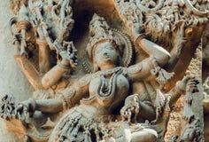 女性印度神的面孔在老雕塑墙壁上的 12世纪Hoysaleshwara寺庙安心在Halebidu,印度 免版税库存图片