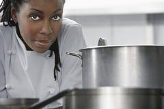 女性厨师在厨房里 免版税图库摄影