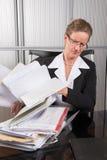 女性厨师在有很多纸的办公室 库存图片