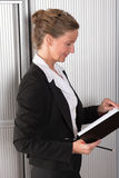 女性厨师在有日历的办公室 库存照片