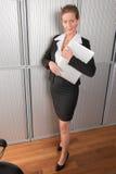 女性厨师在有膝上型计算机的办公室 免版税图库摄影
