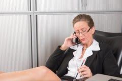 女性厨师在电话的办公室 免版税图库摄影
