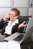 女性厨师在电话的办公室 免版税库存照片