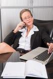 女性厨师在电话的办公室 库存图片