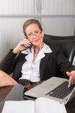 女性厨师在电话的办公室 免版税库存图片