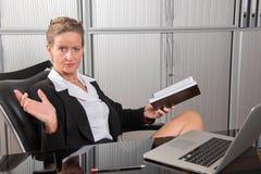 女性厨师在调查日历的办公室 图库摄影