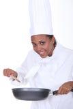 女性厨师活泼的调味汁 免版税库存照片