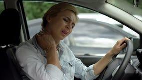 女性司机感觉脖子痛,背部肌肉炎症,惯座生活方式 免版税库存图片