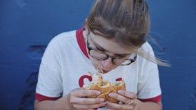 年轻女性吃一个大汉堡 影视素材