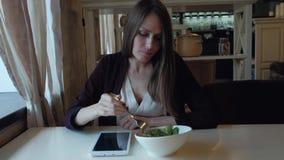 女性吃午餐在一个咖啡馆在城市 股票视频