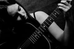 女性吉他使用 免版税库存图片