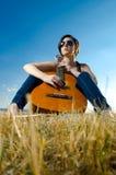 女性吉他吉他弹奏者使用 免版税图库摄影