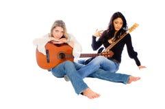 女性吉他弹奏者吉他休息他们 免版税库存照片