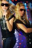 女性吉他演奏员歌唱家 免版税库存照片