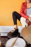 女性吉他弹奏者执行的播种的图象 免版税图库摄影