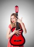 女性吉他演奏员 免版税库存照片