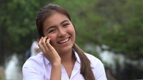 女性听的和笑的手机电话 股票视频