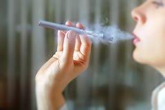 女性吸烟者特写镜头画象  库存图片